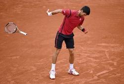 Djokovic suýt bị xử thua vì ném vợt
