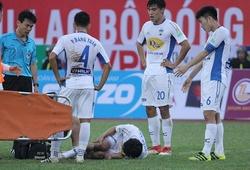 Video: Tuấn Anh đau đớn rời sân sau pha va chạm mạnh với đồng đội