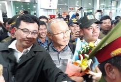 Bầu Đức tay bắt mặt mừng chào đón HLV Park Hang Seo trở lại Gia Lai