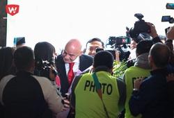 Quang Hải, thủ môn Kiều Trinh hãnh diện vì được đứng cạnh chủ tịch FIFA
