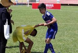 Những hình ảnh đẹp và xúc động ở sân chơi bóng đá học đường