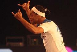 Ronaldinho khiến CĐV Ấn Độ phát cuồng khi tái hiện siêu phẩm