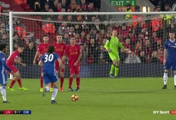 David Luiz quá tinh quái hay Mignolet ngờ nghệch?