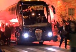CĐV Barca đốt pháo đón đội bóng chiến thắng trở về