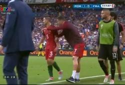 Ronaldo chỉ đạo đồng đội không khác gì HLV