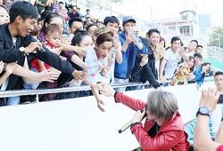 """Sơn Tùng MTP khiến hàng trăm fans nữ """"lạc trôi"""" ở sân Thống Nhất"""