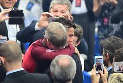 Sir Alex kiên nhẫn đứng đợi để chúc mừng Ronaldo