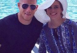 Bạn gái Barkley là bản sao của vợ Rooney