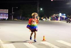 Chàng trai giới tính thứ ba khoác áo lục sắc chạy bộ vì cộng đồng LGBT