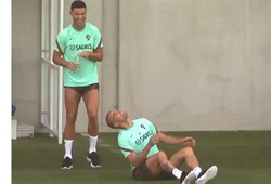 Ronaldo lén lút chơi khăm đồng đội ở tuyển Bồ Đào Nha
