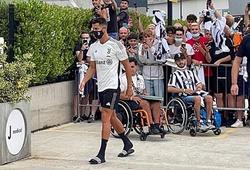 Hình ảnh Ronaldo trở lại Juventus và chụp ảnh với CĐV