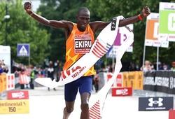 Đồng hương Eliud Kipchoge lập thông số chạy marathon nhanh nhất thế giới năm 2021
