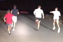 Tránh nóng sa mạc Dubai, dàn siêu xe rọi đèn sáng để Ronaldo tập chạy trong đêm