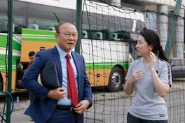 HLV Park Hang-seo bảnh bao xuất hiện tại buổi tập của U19 nữ Hàn Quốc