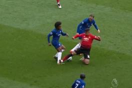 Cộng đồng mạng giận dữ vì Rojo may mắn thoát thẻ đỏ dù đạp thẳng vào chân Willian