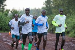 Eliud Kipchoge 'chạy dọc bờ biển Việt Nam' chuẩn bị cho Thử thách 1:59