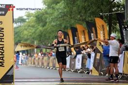 """Đáng yêu khoảnh khắc """"cựu vương"""" căng dây đích đón tân vô địch Longbien Marathon 2019"""
