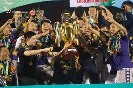 Chủ tịch CLB Quảng Nam dìu vợ bầu Hiển lên chúc mừng chức vô địch của CLB Hà Nội
