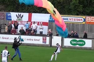 Trận bóng đá bất ngờ bị gián đoạn bởi… VĐV nhảy dù