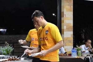 Khám phá bữa ăn của Muangthong Utd cùng Đặng Văn Lâm