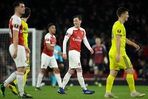 Emery tiết lộ những gì nói với Ozil trong phòng thay đồ sau khi Arsenal thắng BATE