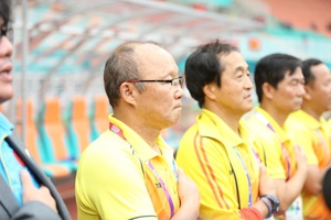 HLV Park Hang Seo đặt tay lên ngực lúc chào cờ ở V.League 2019 đốn tim người hâm mộ