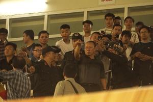 HLV Park Hang Seo được CSCĐ hộ tống để gặp Bùi Tiến Dũng và Hà Đức Chinh