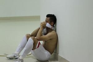 Quế Ngọc Hải bật khóc như đứa trẻ sau khi nhận thẻ đỏ trong trận ra mắt Viettel
