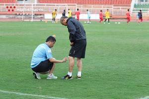 Chùm ảnh: HLV Park Hang Seo bị căng cơ khi tập luyện cùng U23 Việt Nam