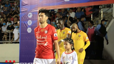 Lee Nguyễn khiến bầu Đức phải ra sân và chuyện của V.League