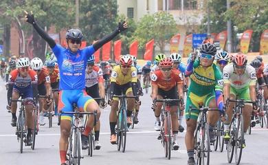 """""""Vua nước rút"""" Nguyễn Tấn Hoài xuất sắc thắng chặng 9 giải xe đạp Cúp truyền hình HTV 2021"""