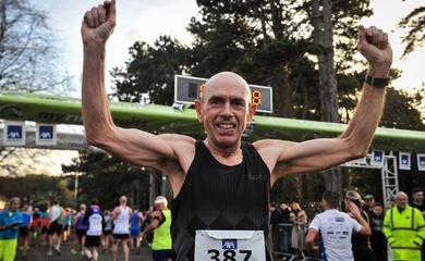 Người đàn ông suýt mất mạng vì nghiện rượu phá kỷ lục thế giới bán marathon trên 60 tuổi