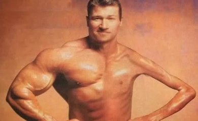 Tập luyện chuyên sâu: Vấn đề mất cân bằng cơ bắp và ví dụ từ nhân vật Bucky tay sắt của Marvel