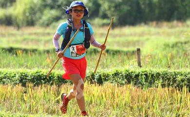 Cô gái Hà Nội trở thành chân chạy nữ Việt Nam đầu tiên dẫn đầu Asia Trail Masters