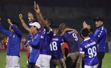 Nghẹt thở trụ hạng V.League, cầu thủ Nam Định bật khóc như đứa trẻ