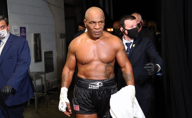 Mike Tyson bị fan hâm mộ tấn công sau trận đấu Roy Jones