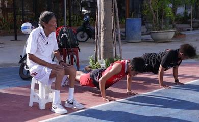 Thầy Triều Đà Nẵng và dụng cụ dạy bóng rổ thô sơ nhưng hiệu quả