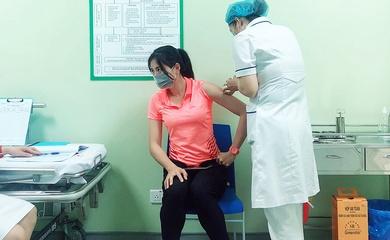Tuyển thủ điền kinh tiêm vaccine phòng COVID-19 trước khi dự Vòng loại Olympic