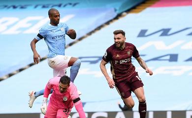 Man City thua sốc đối thủ còn 10 người với thống kê khó tin