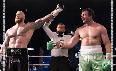 """""""Thần sấm"""" Hafthor Bjornsson knockout tượng đài vật tay Devon Larratt trên sàn Boxing"""