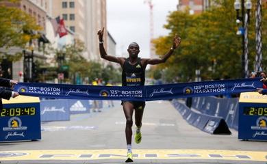 Đồng hương Eliud Kipchoge lần đầu vô địch Boston Marathon