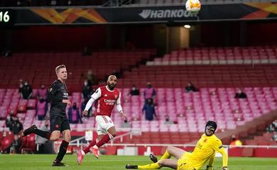 CĐV Arsenal choáng khi Lacazette bỏ lỡ cơ hội mười mươi