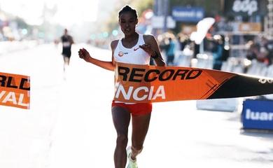 Người phụ nữ đầu tiên trên thế giới chạy bán marathon dưới 63 phút