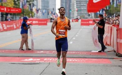 Chàng trai ít tên tuổi bất ngờ đăng quang Chicago Marathon 2021