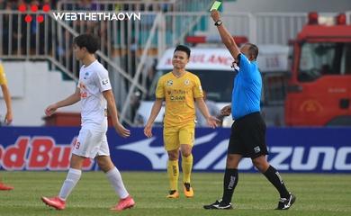 Quang Hải phản ứng hài hước khi Văn Toàn nhận thẻ vàng