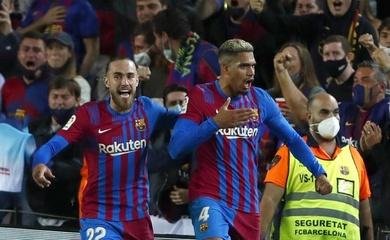 Hàng thủ Barca có tuổi trung bình chưa đầy 20 khi Pique ngồi dự bị