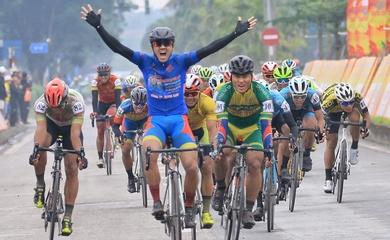 """""""Vua nước rút"""" Nguyễn Tấn Hoài xé áo vàng chặng 4 giải đua xe đạp Cúp Truyền hình HTV 2021"""