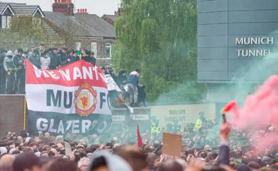 Roy Keane bênh vực CĐV MU khiến trận Liverpool bị hoãn