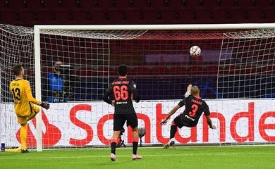 Hậu vệ bất đắc dĩ của Liverpool giải vây ngoạn mục trước Ajax