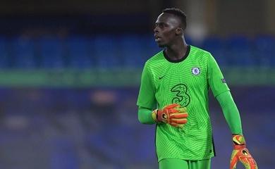 Thủ môn Chelsea suýt phản lưới nhà trước MU gây liên tưởng đến Kepa